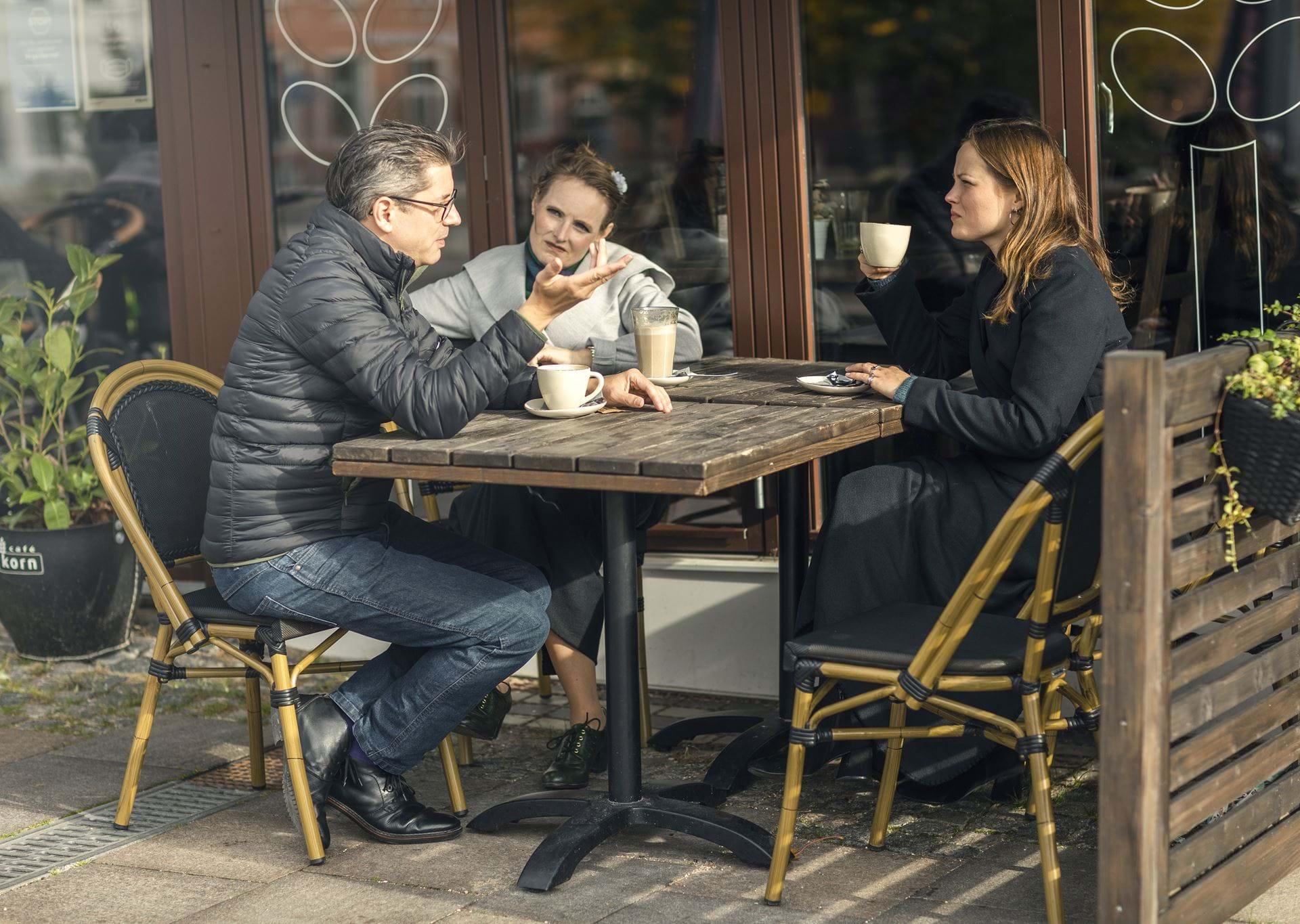 3 venner som sidder på en Café i Ringsted