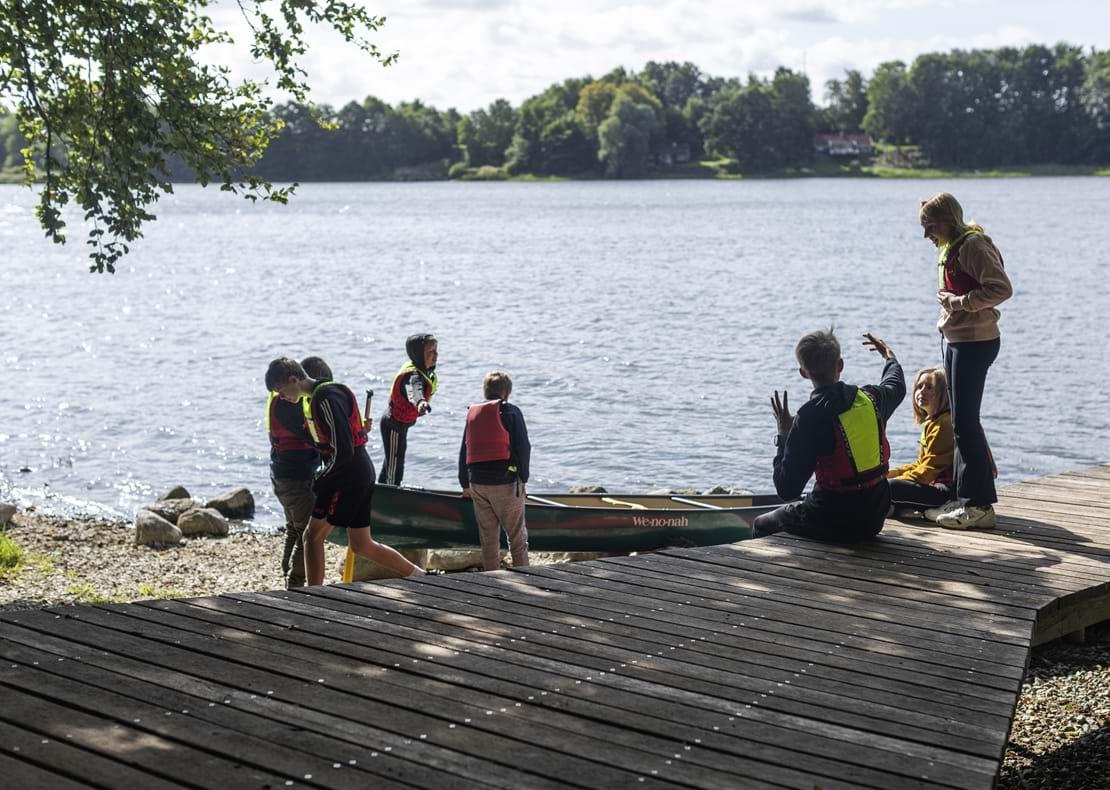 Børn ved bredden af Haraldsted Sø gør klar til at sejle kano