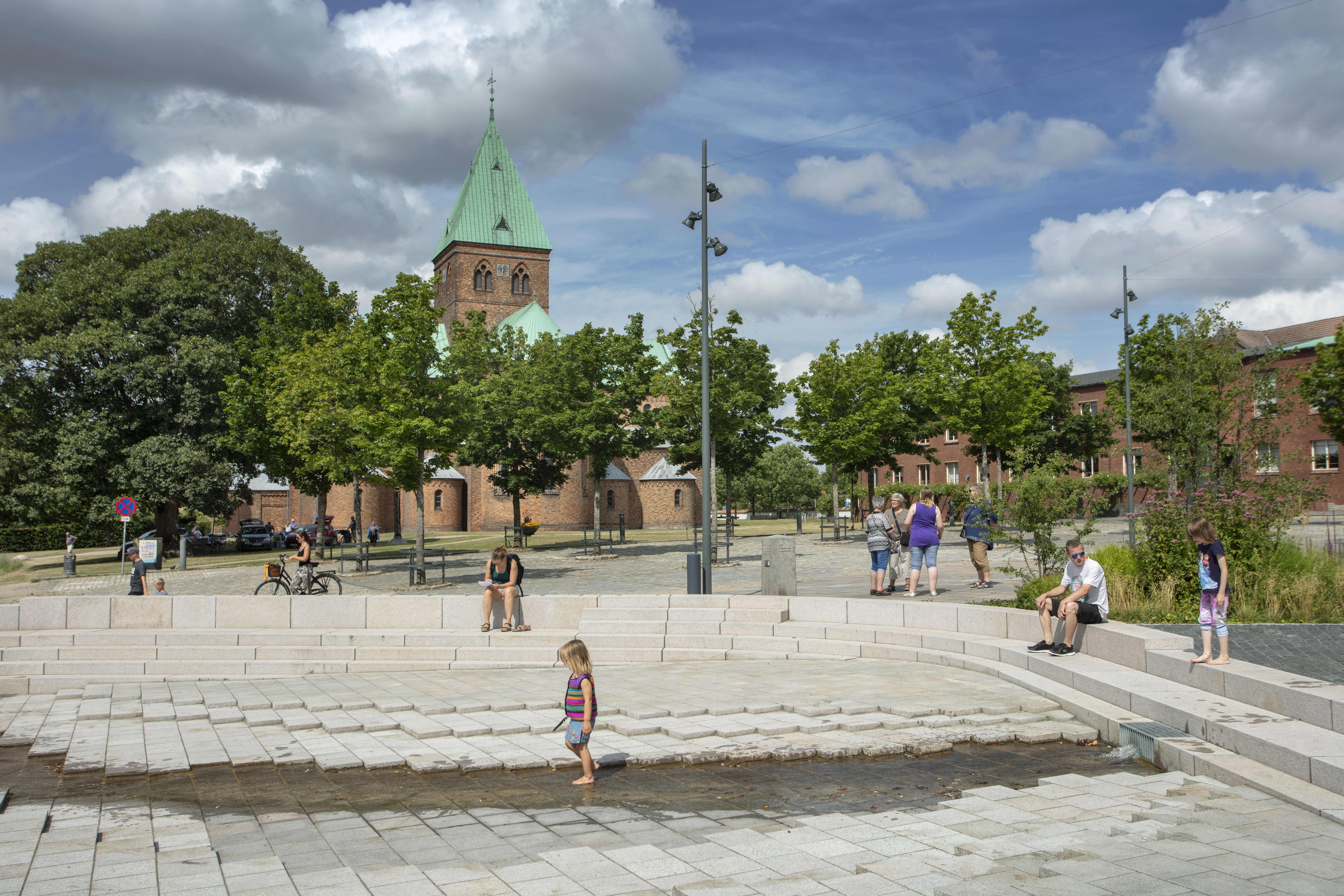 Hyggelig stemning på Torvet i Ringsted, med Sct. Bendts Kirke i baggrunden