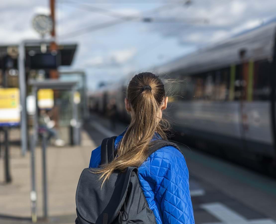 Ung kvinde tager toget fra Ringsted Station