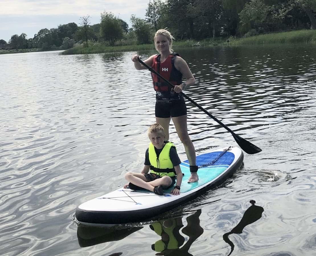Charlottes familie på Stand Up Paddleboards